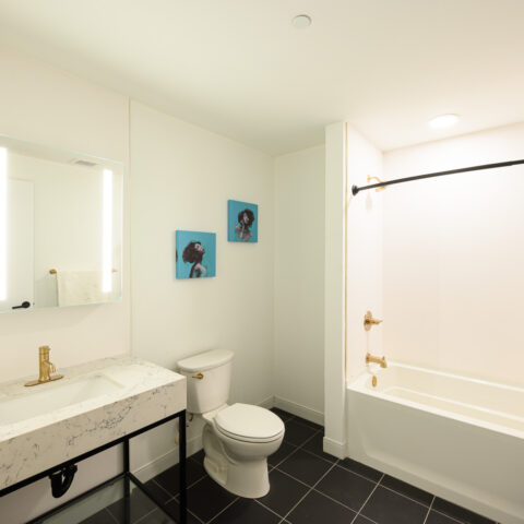 bathroom with tub in 101 dupont place 1 bedroom apartment wilmington delaware